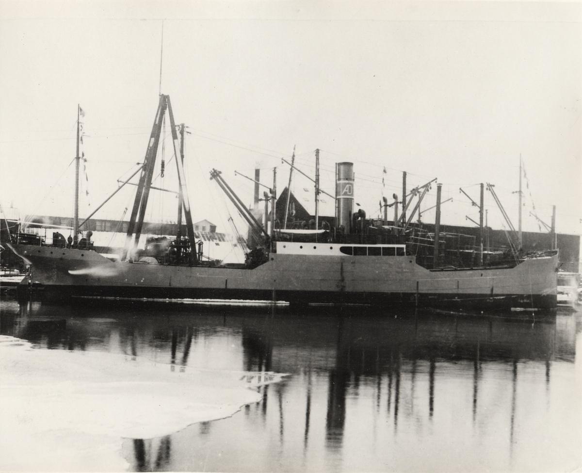 Lastångfartyget OSCARSBORG vid varvskajen. Bakom saxkranen plattformen för linbanans vinschar. Till vänster maskinverkstaden, till höger båtskjulet, saxkranen och den gamla linbanan i bakgrunden.