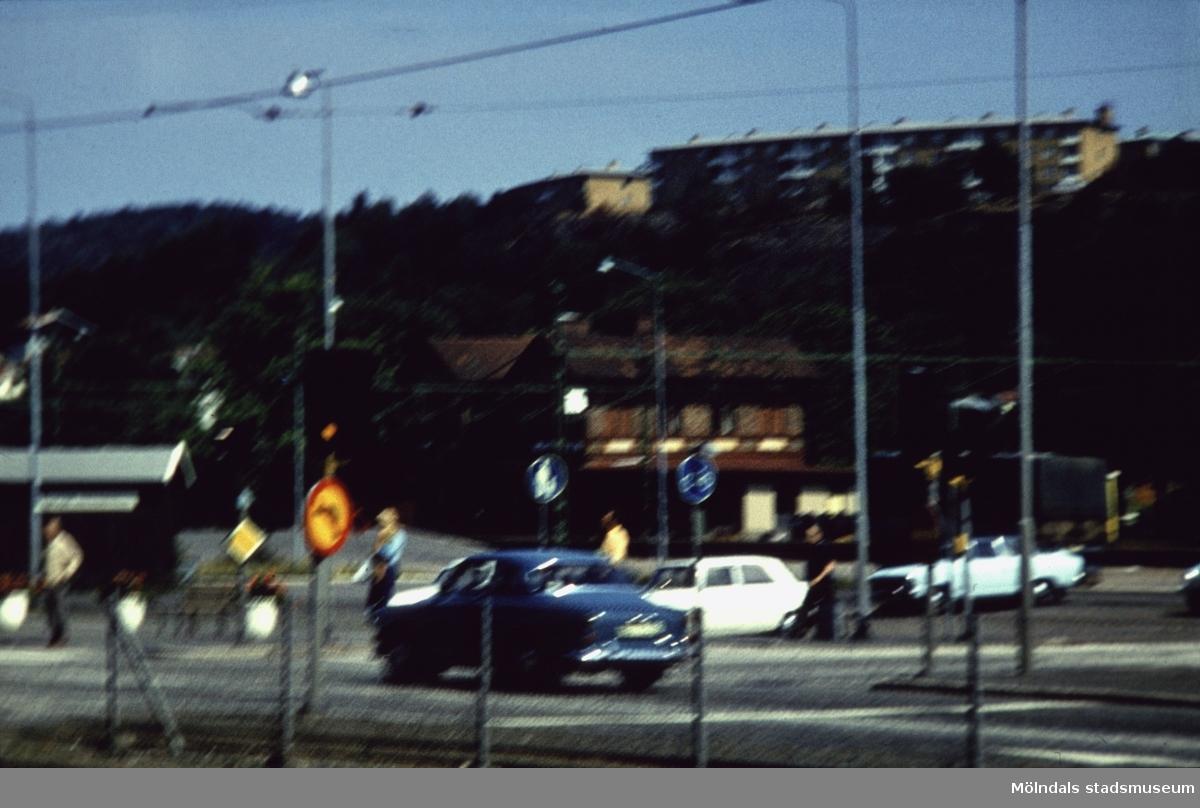Järnvägsstationen Mölndals Nedre vid Järnvägsgatan i Mölndal, 1970-tal. I ovankant fastigheter vid Lövgatan och Delbancogatan.
