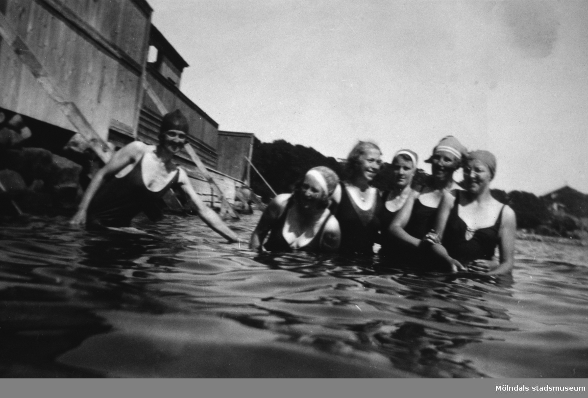 Sex kvinnor som badar, cirka 1930.