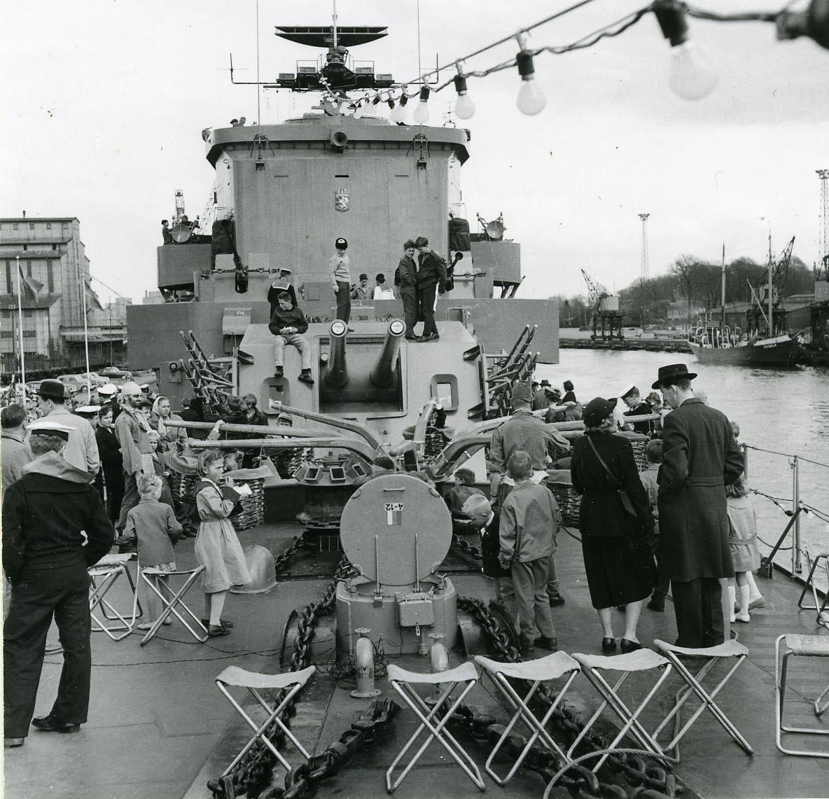 Besöksdag ombord på jagaren Östergötland i Norrköping maj 1958.