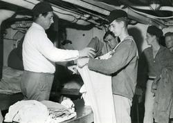 Tvättinrättning på kryssaren Göta Lejon, år 1953.