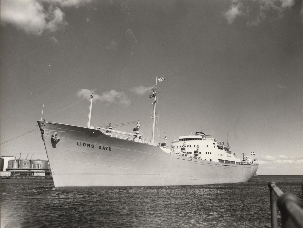"""Foto i svartvitt visande lastmotorfartyget """"LIONS GATE"""" taget i Köpenhamn april månad 1960."""