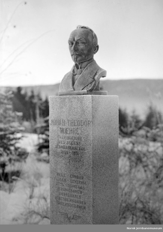 Byste av overingeniør Johan Theodor Wæhre på Hjuksebø stasjon