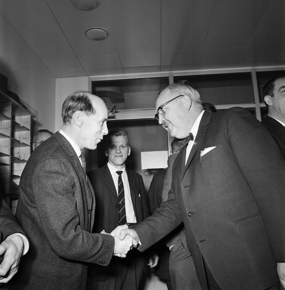 Övrigt: Foto datum: 9/4 1964 Verkstäder och personal. Ingenjör Persbeck plåtverkstan avtackas