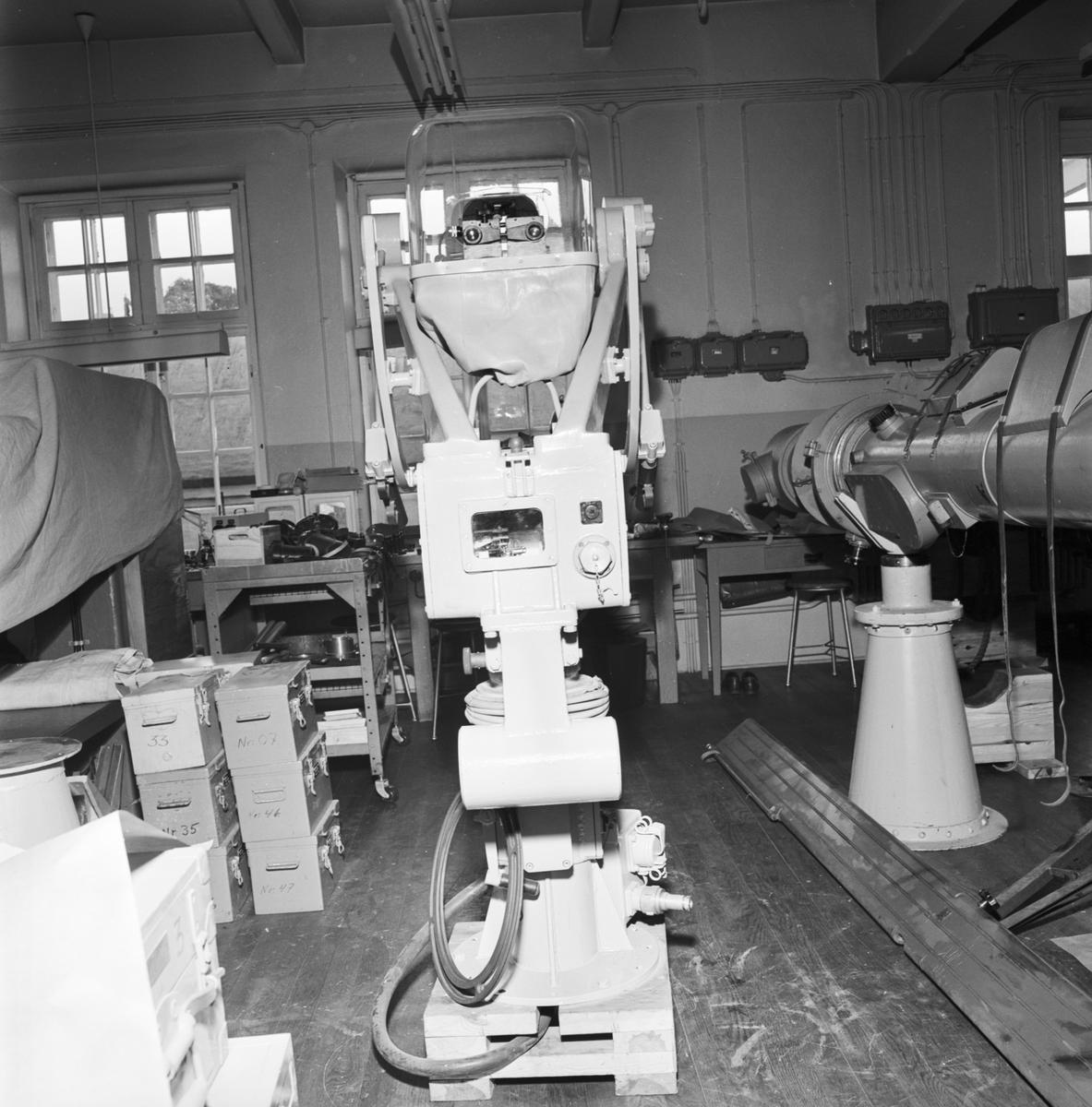 Övrigt: Foto datum: 4/6 1964 Verkstäder och personal. Sikte (Opt.verkstan). Närmast identisk bild: V28734 och V28735, ej skannade