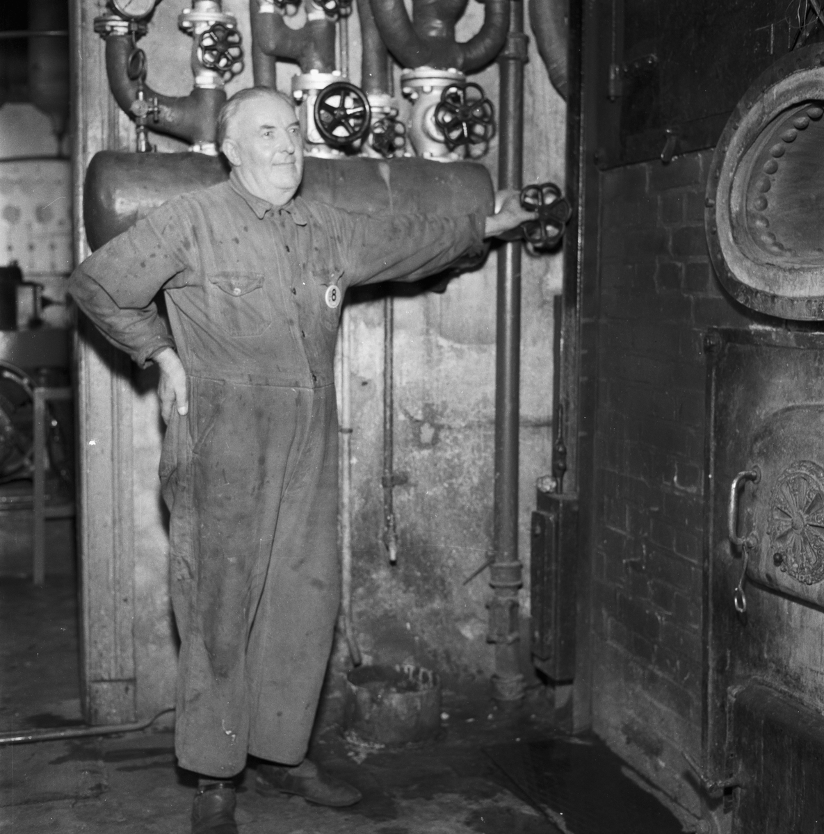 Övrigt: Foto datum: 8/7 1954 Byggnader och kranar Torpedverkstan (arbetare)