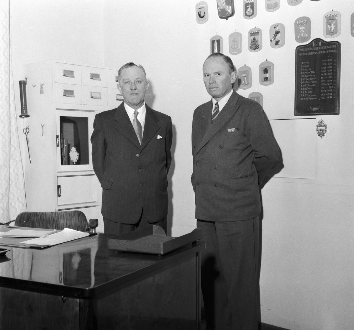 Övrigt: Foto datum: 22/11 1954 Byggnader och kranar Arbetsledare vid utrustningsverkstan. Närmast identisk bild: V3139, ej skannad