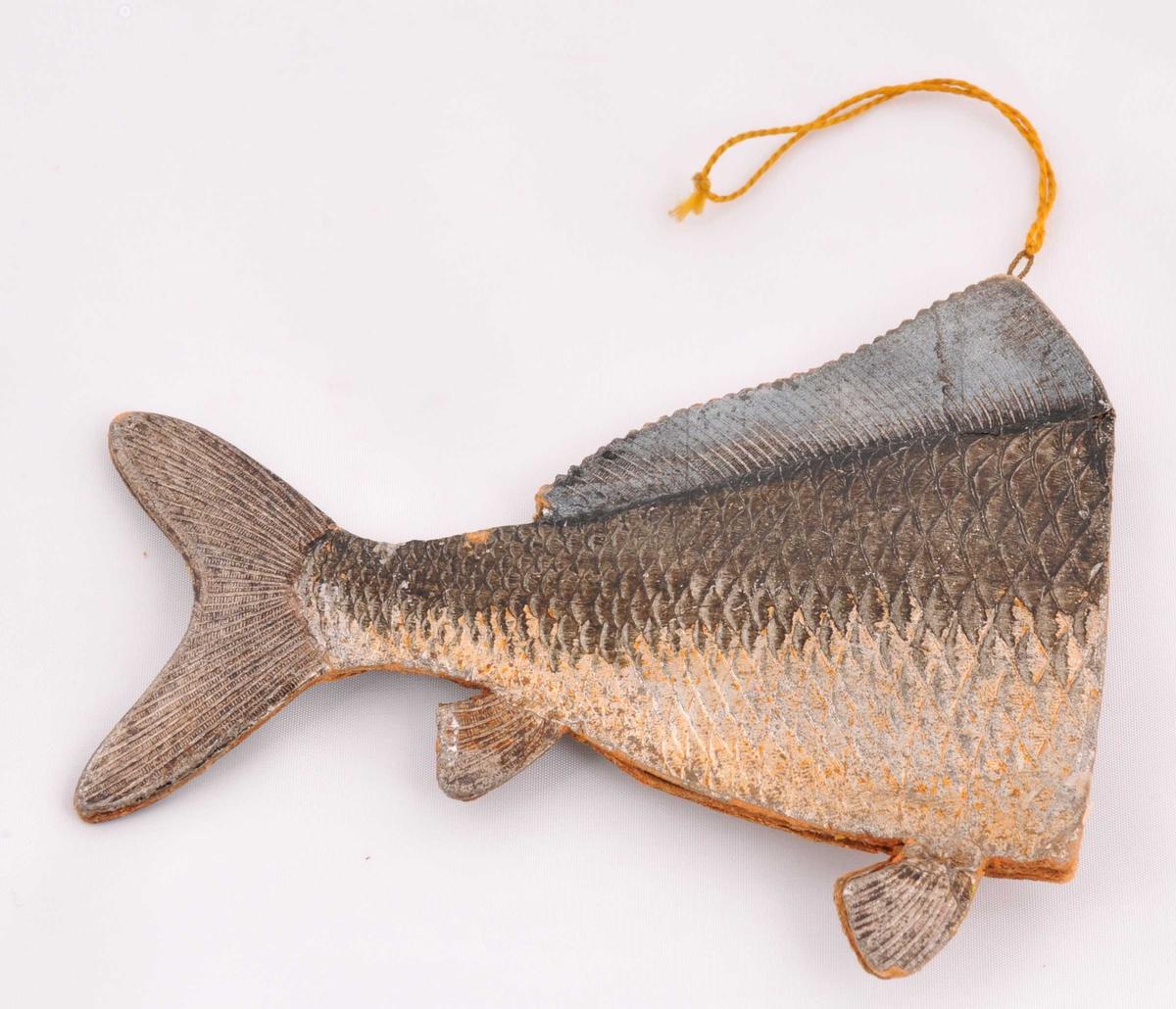 Ein halv fisk, bakparten (m/hale, og to finnar), med snor for oppheng.