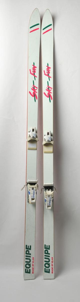 Alpinski laga av glasfiber. Raud såle av plast, stålkantar langs såla. Kvit overside med rosa og grøn dekor. Det sit bindingar på.