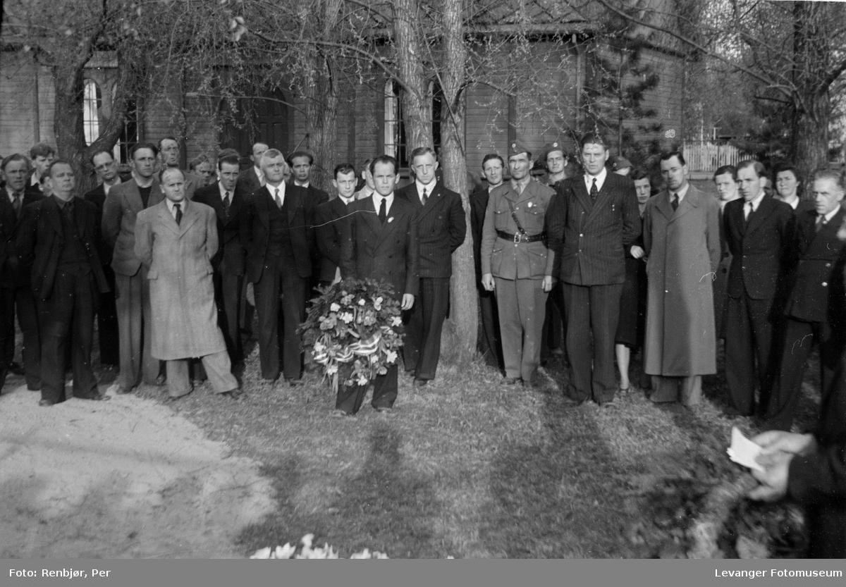 Kransenedleggelse og tale. Flytting av levninger til russiske, sovjetiske krigsfanger fra Moan i Levanger til Levanger kirkegård.