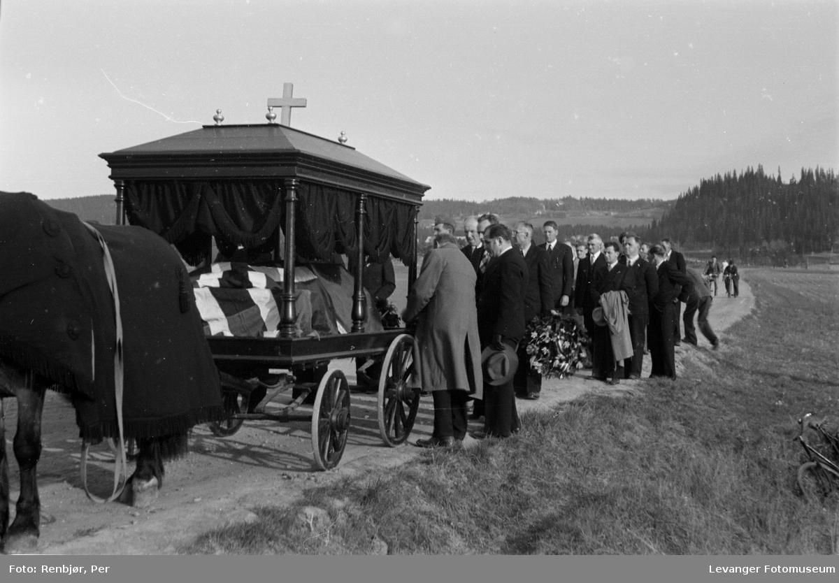 Begravelsesvogn med hest iført skaberakk. Flytting av levningene til russiske, sovjetiske krigsfanger fra Moan i Levanger til Levanger kirkegård.