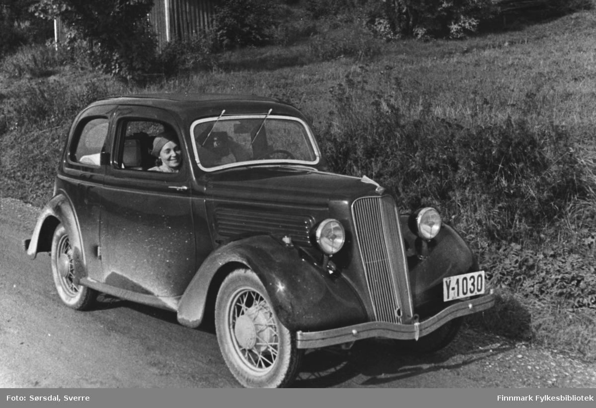 Bildet av en Engelsk Ford Junior de luxe, modell C 1935.  bil med registreringsnummer Y-1030. Inni bilen sitter Else Sørsdal. Gift med Sverre Sørdal som var lege i Vardø.