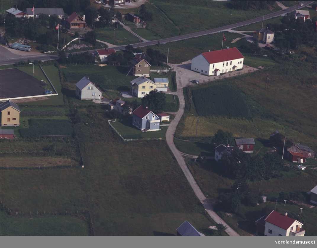 Widerøes flyfoto - skråfoto, farge - over parti av Tverlandet. Vi ser Rv 80 fra lyskrysset i retning mot Fauske.