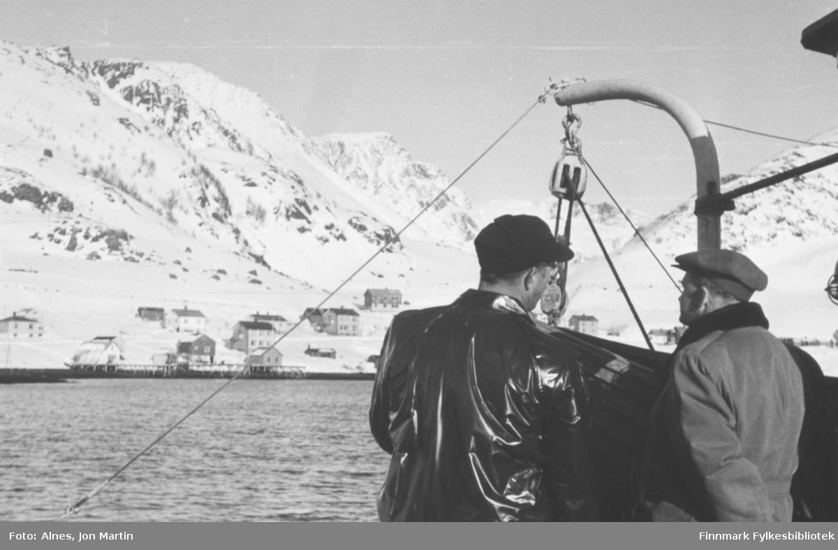 På tur med 'Presteskøyta I' utenfor Bergsfjord. Fra venstre: Per Johansen, Nordal Johansen. Sistnevnte var ordfører i Loppa i en årrekke