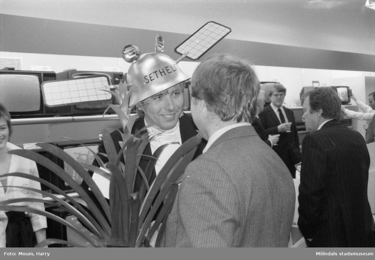 """Invigning av Seth's Antenn & TV Service AB i Lindome, år 1985. """"Seth Larsson fick inte bara blommor utan även en hjälm modell/ä med satellitutstyrsel""""  För mer information om bilden se under tilläggsinformation."""