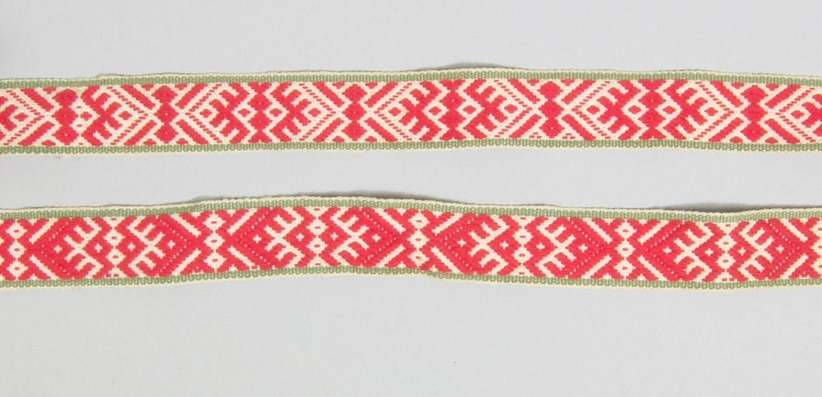 """Kjolsäck till dräkt för kvinna från Rättviks socken, Dalarna. Modell med avskuret framstycke. Tillverkad med framstycke av vitt satinvävt bomullstyg, med applikationer av ylletyg, kläde, i rött och grönt samt gult bomullstyg, typ mollskinn. Centralt placerad hjärtblomma med andra blommor och rundlar omkring, fastsydda med langettstygn i gult bomullsgarn. Ytterligare broderi utfört med flätsöm och sticksöm, dessutom ett antal fastsydda paljetter. Ovanför applikationen en remsa rött kläde med uddklippt kant och plattsömsbroderi. Ovanför denna remsa en """"grind"""" flätad av tunna remsor rött och grönt kläde samt ett smalt vitt bomullsband. Kantning upptill på fram- och överstycke med rött sidenband. Framstycket fodrat med gult rutigt bomullstyg, fabriksvävt. Överstycke av fabriksgjord yllemuslin, tryckt mönster av blommor på grön botten. En remsa rött kläde med uddklippt ytterkant inlagd i sido- och bottensömmen. I nederkanten klippta tofsar av kläde i rött, grönt och blått. Bakstycke av fabriksvävt rött bomullstyg, satinvävt. Axelband troligen handvävt, med plockat mönster av rött bomullsgaarn på vit botten."""