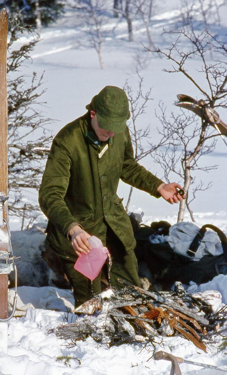 Värpliktiga gör upp eld under vinterövning. I 21 Västernorrlands Regemente.