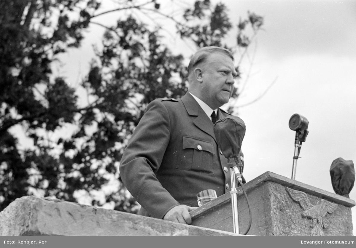 Quisling på talerstolen. Fra Nasjonal Samlings stevne, riksmøte, på Stiklestad 1944.