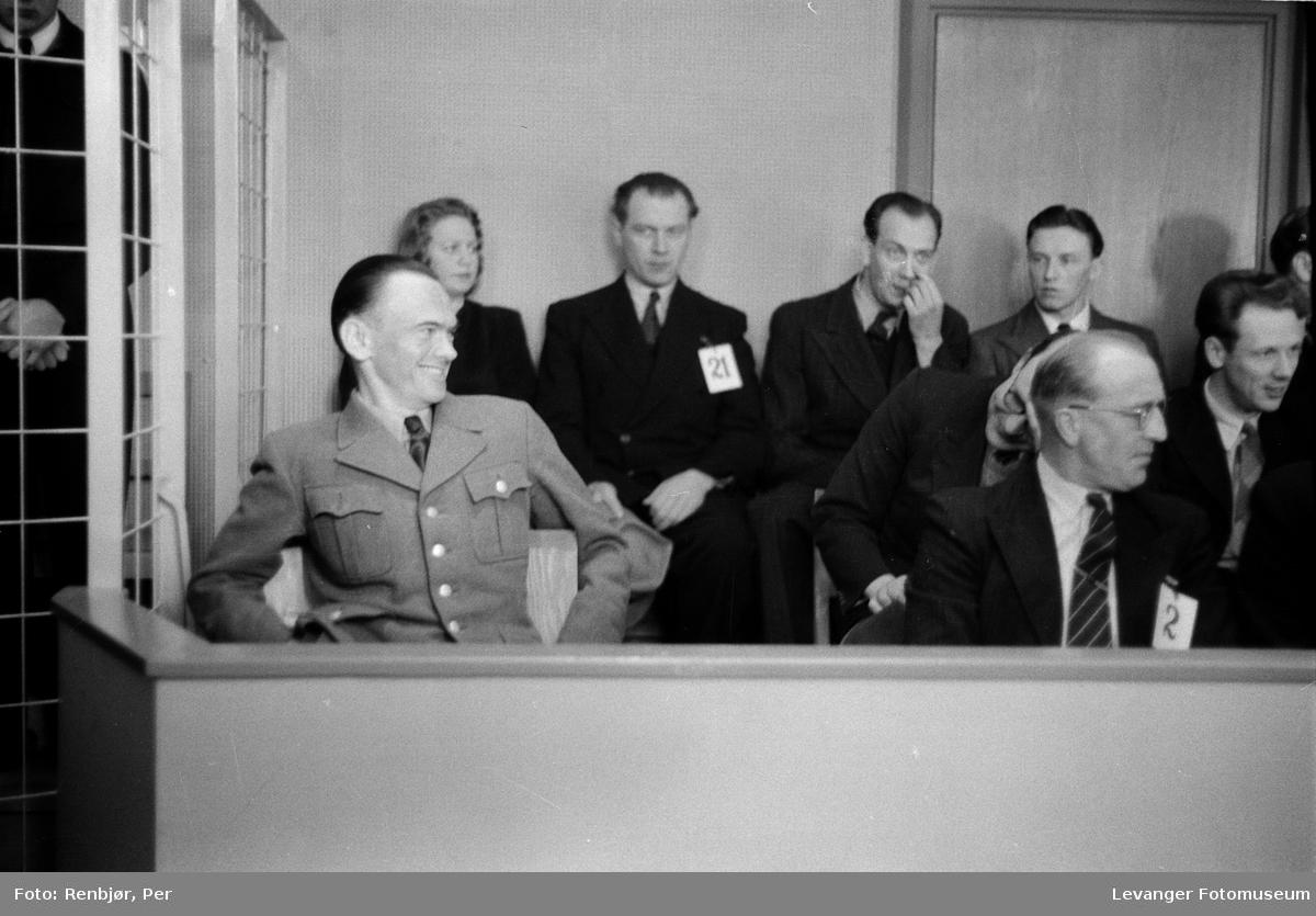 """Rinnansaken. Henry Rinnan agent for Sonderabteilung Lola. """"Rinnanbanden""""  i tiltaleboksen med de andre tiltalte, her uten nummer på brystet."""