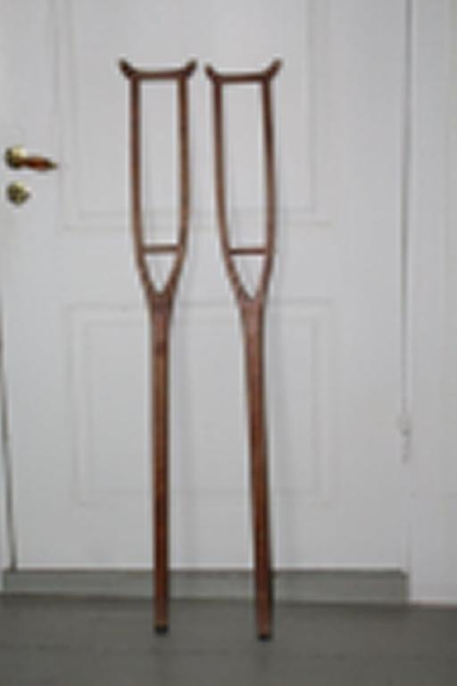 To krykker - hver av dem saget ut av en planke. Øvre del deler seg i to grener, som er tappet inn i en tilskåret bøyle.