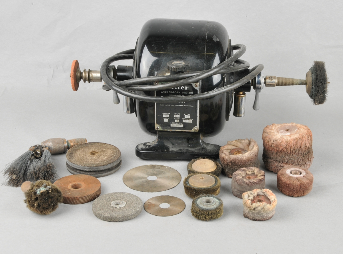 Maskin med arm der ein kan setje på delar til forskjellige funksjonar, pussing, saging m.m.