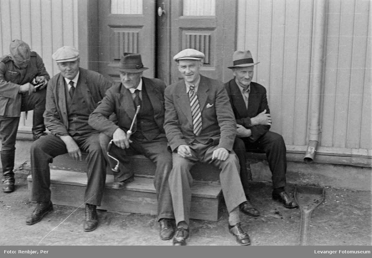 En gruppe menn på trappa.