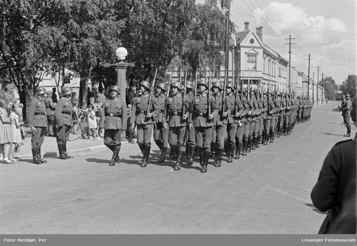 Tyske soldater marsjerer i Levangers gater