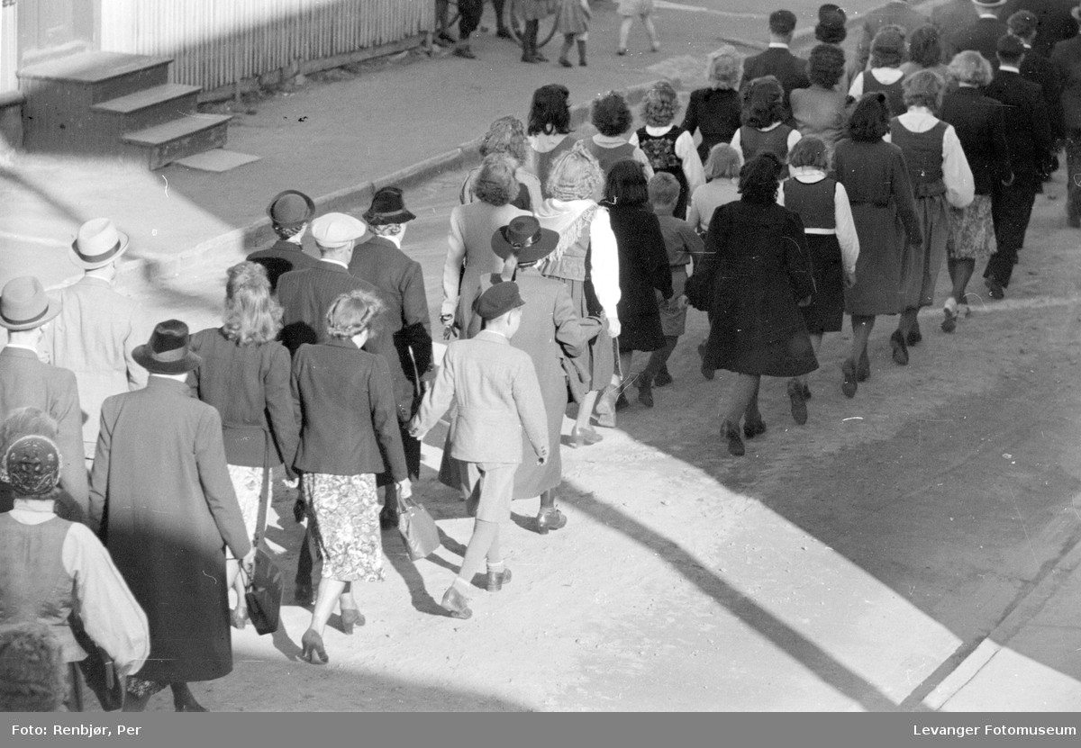NS-sympatisører på vei gjennom Levangers gater i 1942