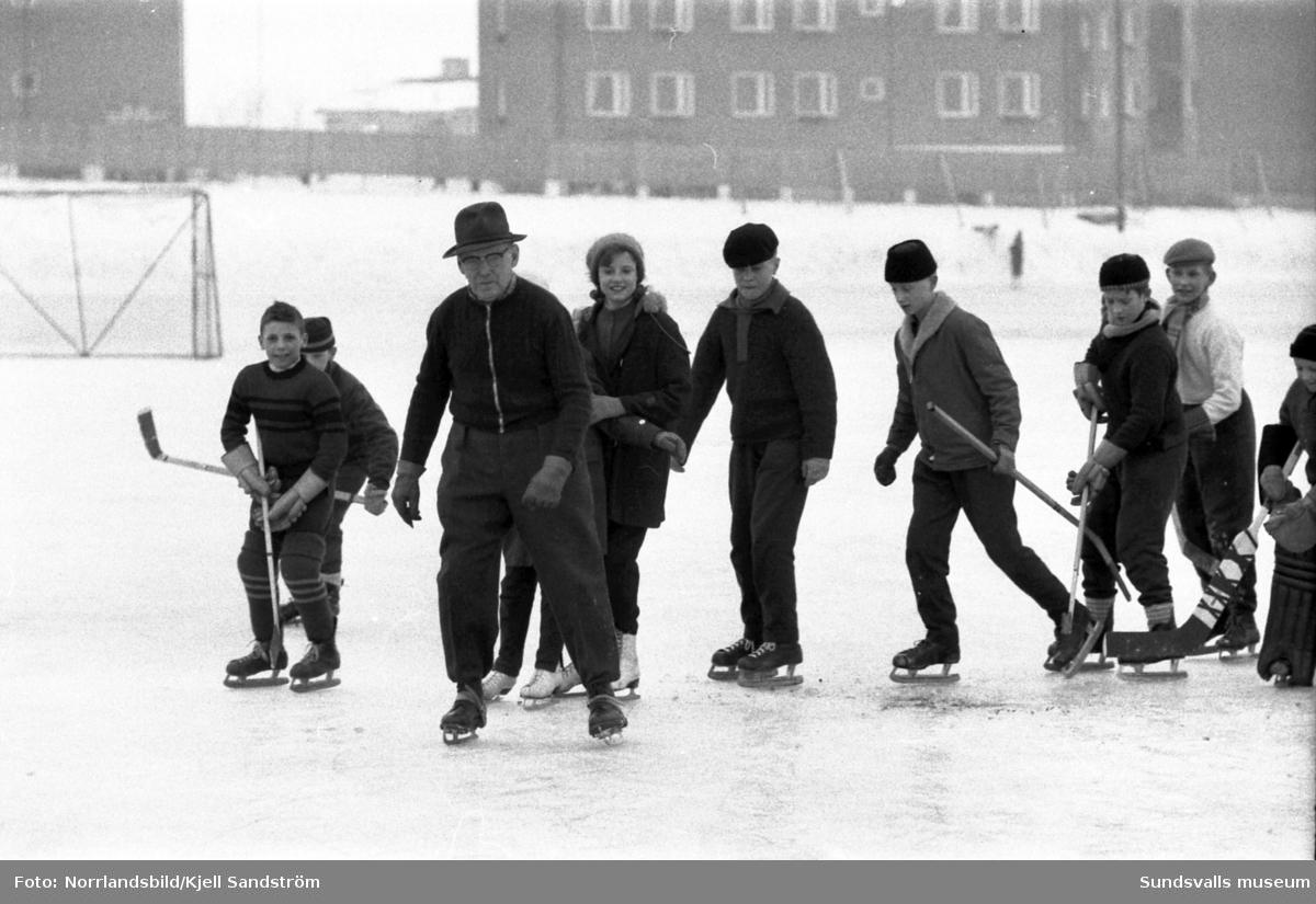 Konrad Sjögren, 76 år, åker skridskor med barn och ungdomar på Midälvaplan.