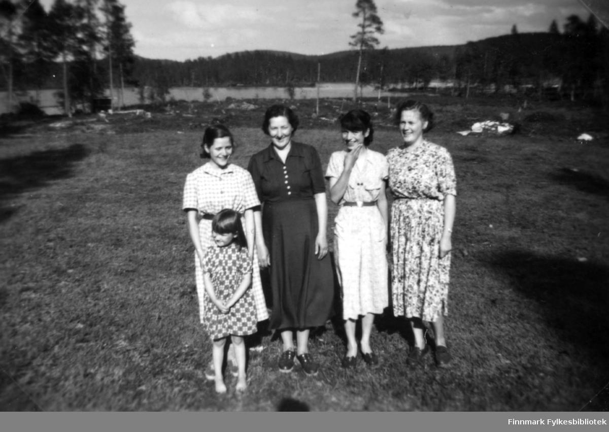 Fotografi av fire kvinner og ei jente som står ute på et flatt område foran et vann eller innsjø. Fra venstre står Kaisa Ranta, Henrika Sotkajærvi, Rilva? Ranta og Agnes Randa. Jenta er ukjent. Alle er kledt i kjoler. Det er skog rundt vannet. I teksten til bildet står det skrevet Talvi tupa. Om det er navnet på et sted eller viser til en hytte er usikkert