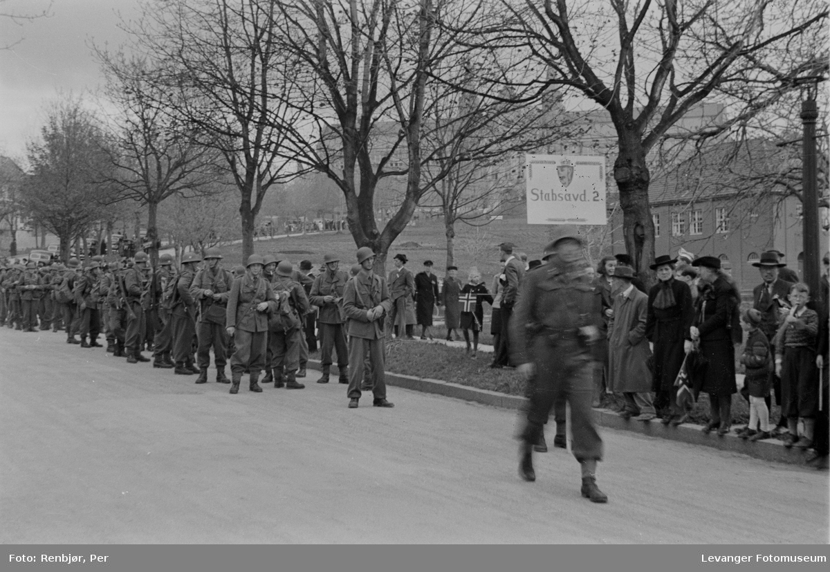 Høgskoleveien foran Gløshaugen, Polititropper paraderer i gata