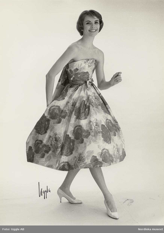 b6b27523f56 Modell i axelbandslös, blommig klänning och ljusa pumps. Vår. Från Maggie  Rouff.