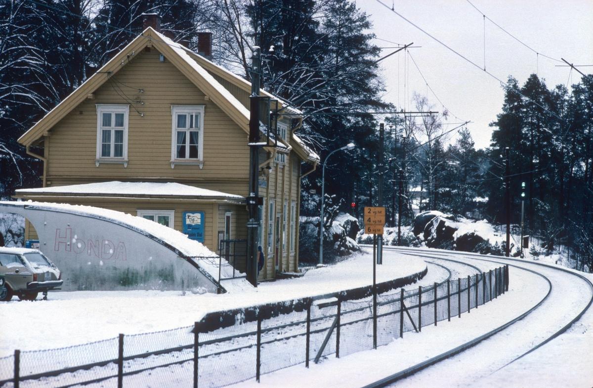 """Oppegård stasjon. Utkjørhovedsignal M viser kjørsignal. Strekningen hadde automatisk linjeblokk for """"riktig"""" spor og håndbetjent linjeblokk for """"uriktig"""" spor. Vi ser U-signalet til venstre, som viser """"stopp""""."""
