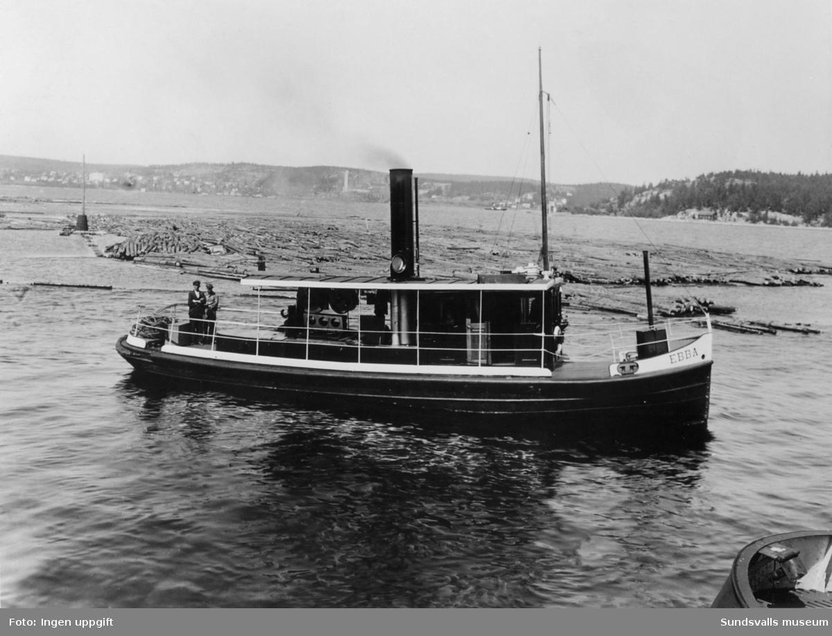 """Bogserbåten """"Ebba"""" utanför Kubikenborgs sågverk."""