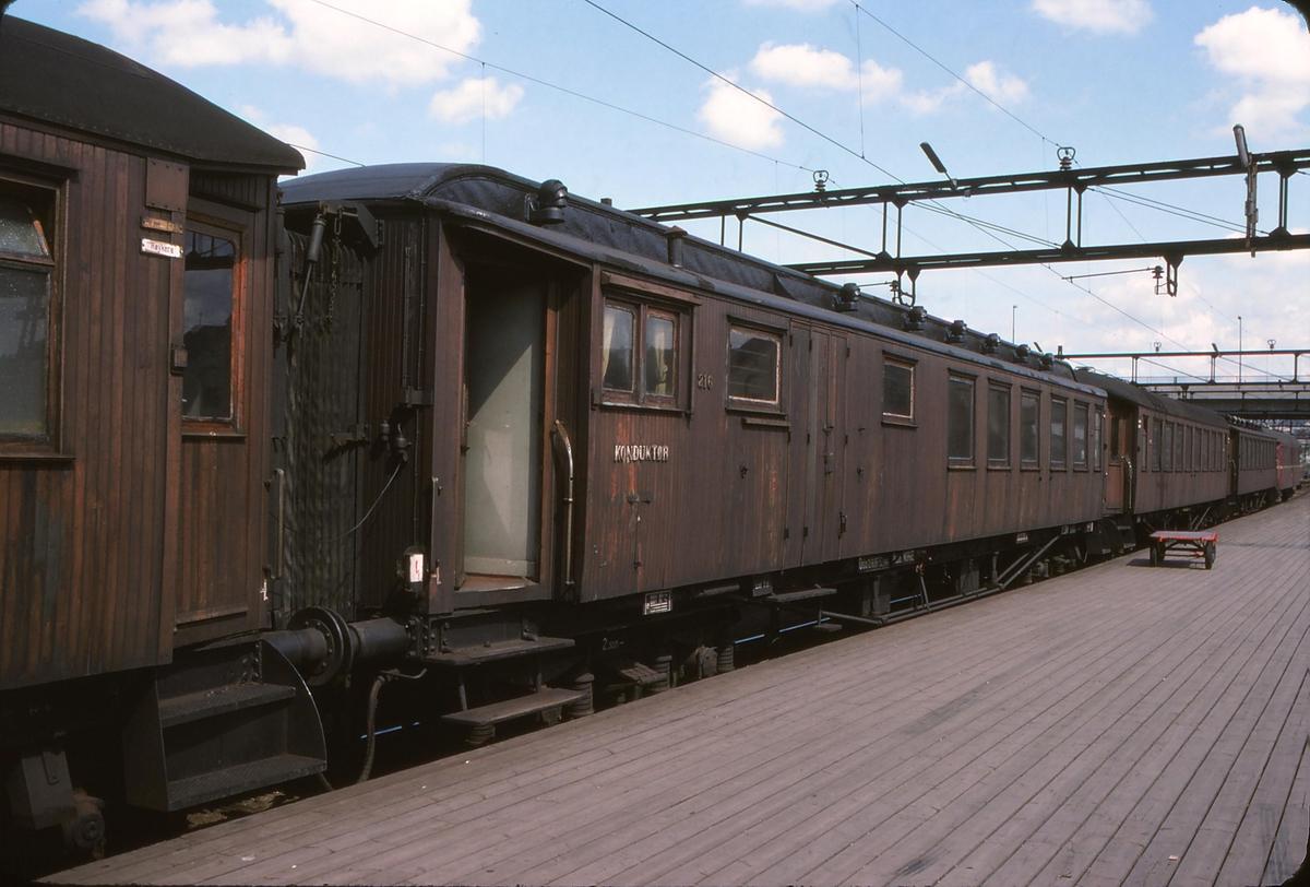 """Rushtidstoget """"Ormen Lange"""" til Moss på Oslo S. Konduktørvogn BF 32 216."""