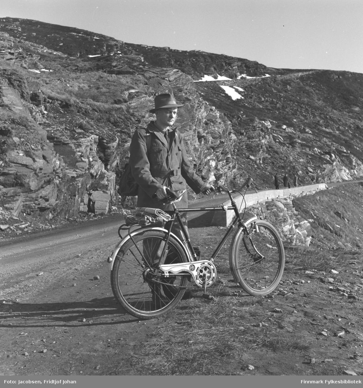 Fridtjof Jacobsen fotografert langs Rv94 ved Klinkastupet,, like utenfor Hammerfest.