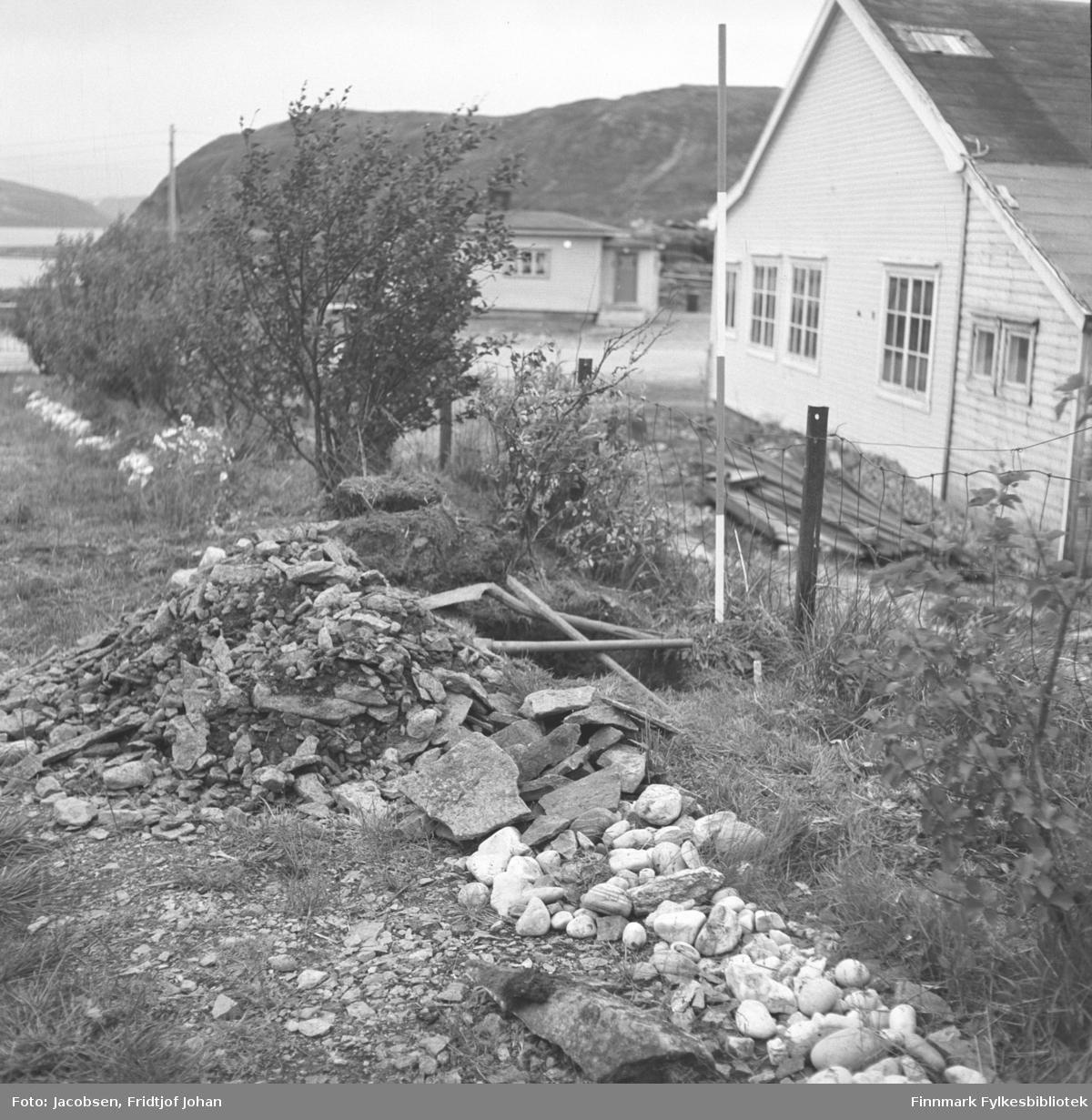 Graving av en vann/koakk-grøft på Arne Nakkens eiendom i Rypefjord. Bygget til høyre på bildet er Statens vegvesens lager. I bakgrunnen ses fjellet Rypefjell.