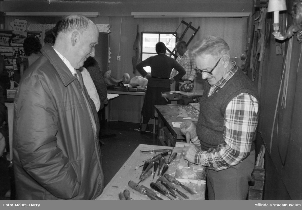 Kulturdagarna på Almåsgården i Lindome, år 1985. Träslöjd.  För mer information om bilden se under tilläggsinformation.