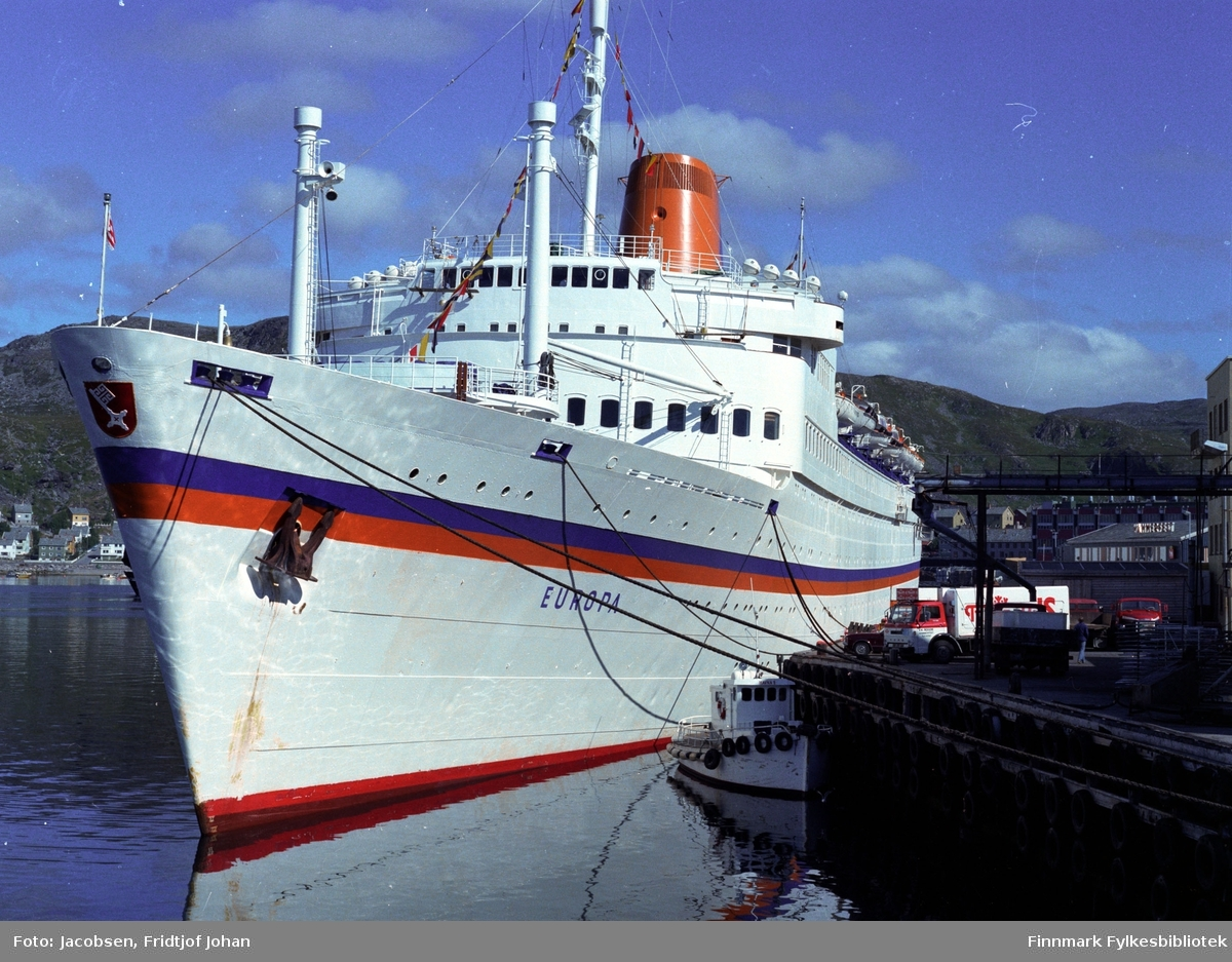 "Turistskipet ""Europa"" ligger ved Dampskipskaia i Hammerfest. Havnebåten ligger ved kai foran turistskipet."