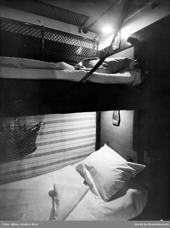 Interiør fra sovekupé med eldre lysutstyr
