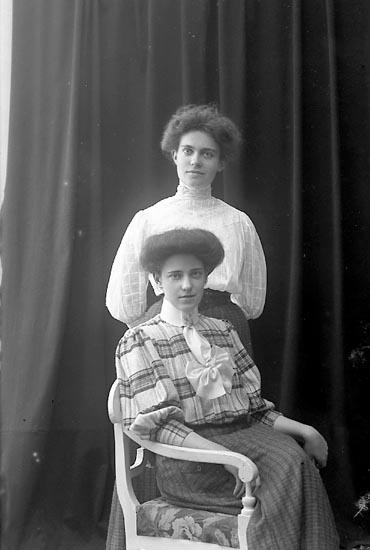 "Enligt fotografens journal nr 1 1904-1908: ""Thorsson Fröknarne, Stenungsund""."