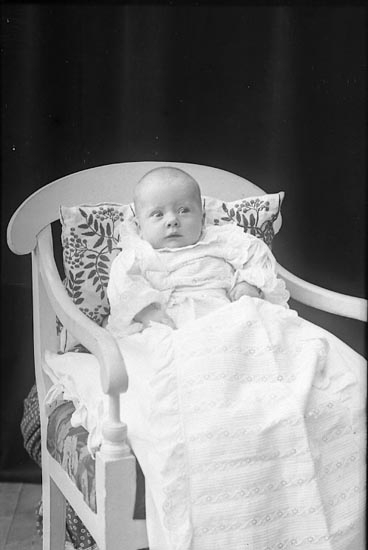 """Enligt fotografens journal nr 1 1904-1908: """"lillan"""". Enligt fotografens notering: """"Lundqvist, Göteborg""""."""