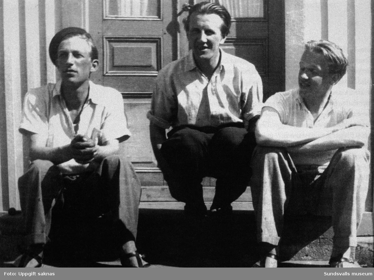 Arne Jones t v och Lars Ahlin t h på trappen till ett hus i Anundsjö. Mannen i mitten heter Nils Kristoffersson och var ägare till huset.