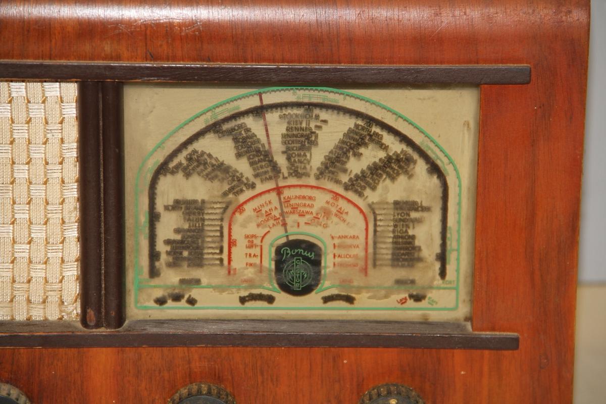 Avrundete hjørner, frontpanel m/7 søkerfrekvenser, 4 knapper, høytaler til venstre