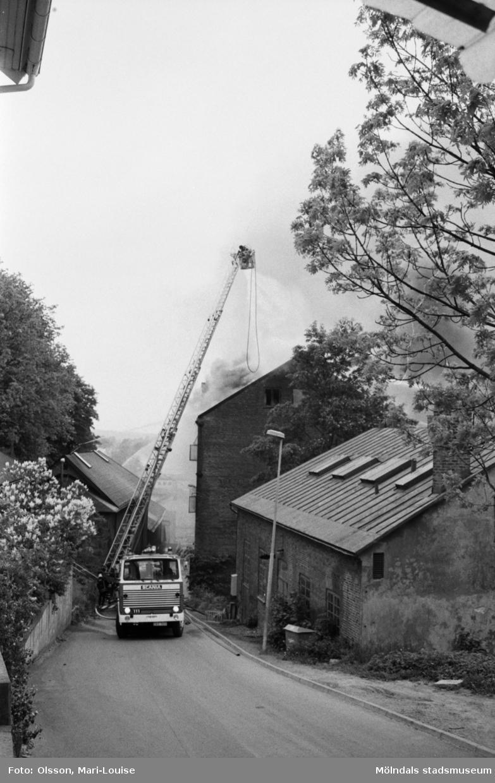 Soab-branden i Stora Götafors den 4 juni 1986. Branden bekämpas från en brandbil som står på Götaforsliden.
