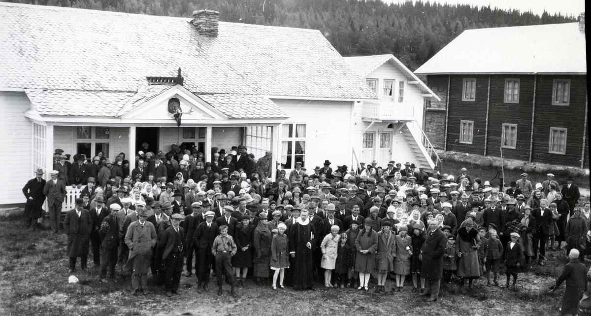 Menneskemengde samlet utenfor bygninger