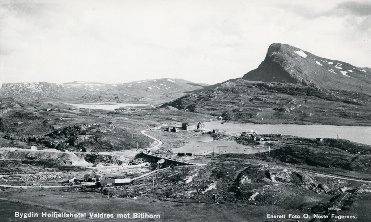 Utsikt over Bygdin høyfjellshotell, mot Bitihorn til høyre