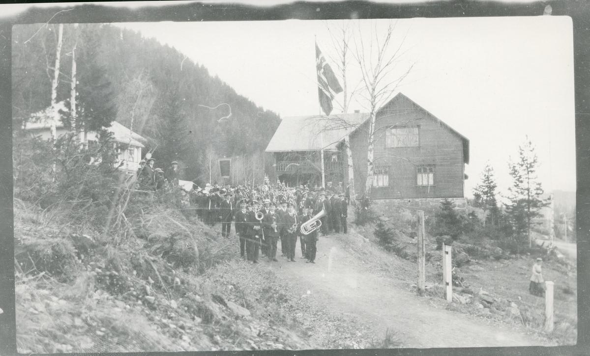 Demonstrasjonstog fra forsamlingshuset Folkvang på Fagernes, med korps, 20. juni 1915