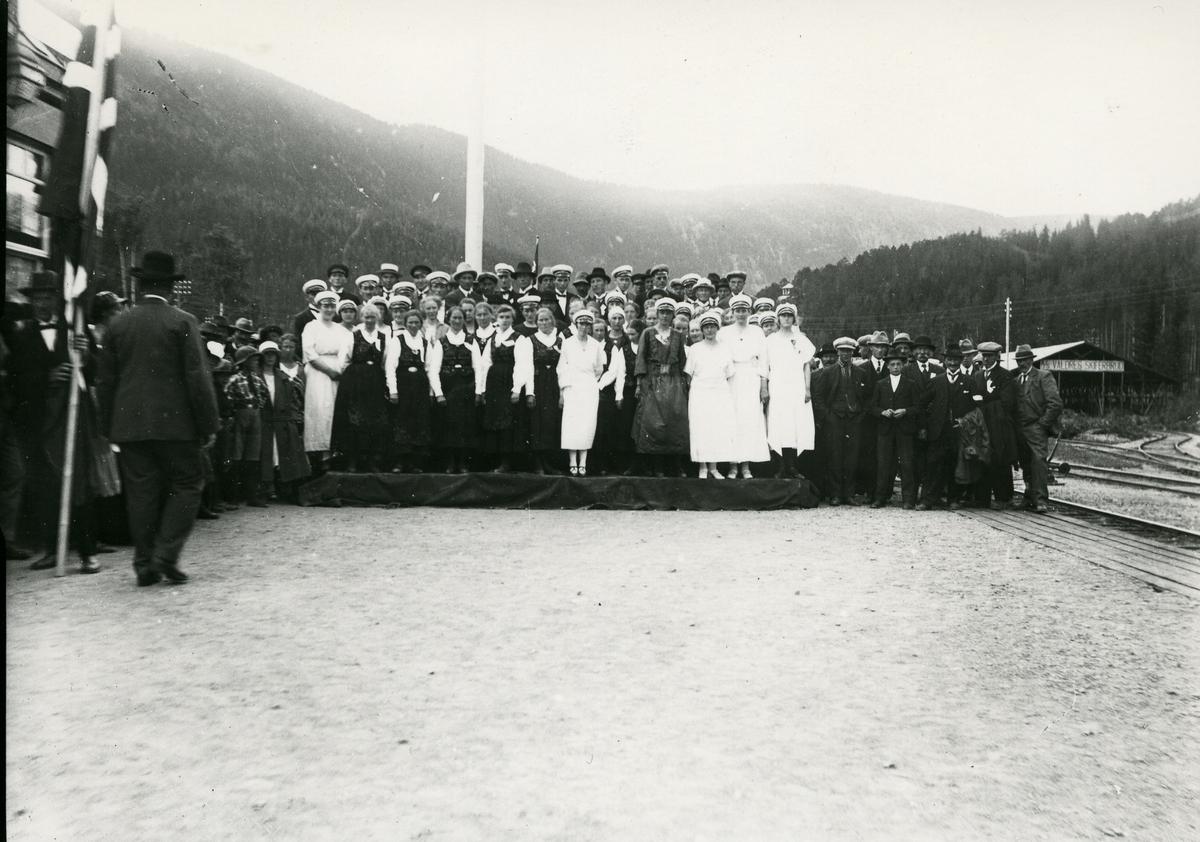 Samling mennesker på Fagernes stasjon