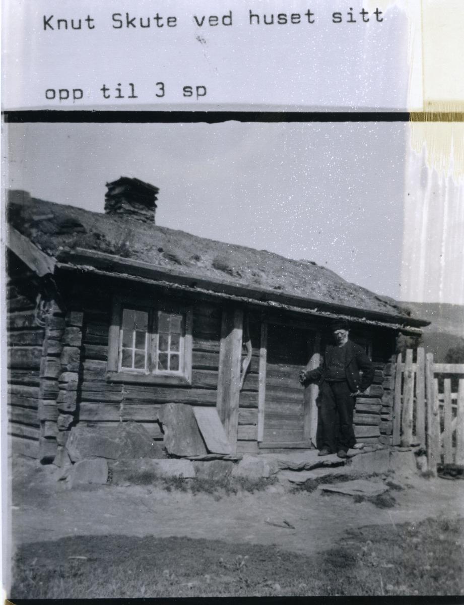 """""""Skutin"""" framfor huset sitt ved Ferisdalen"""